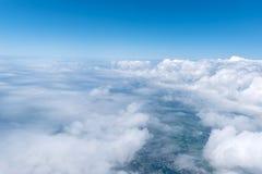 Skyscape beskådade från flygplanet Arkivbild