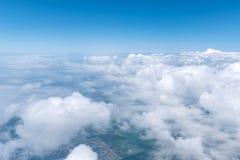 Skyscape beskådade från flygplanet Arkivfoton