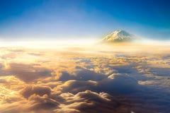 skyscape del cielo delle nuvole e montagna di Fuji vista dalla finestra della a Fotografia Stock