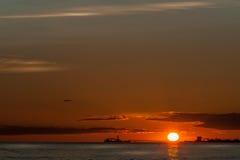 Skyscape y buques de petróleo en la puesta del sol Fotos de archivo