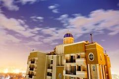 Skyscaper сняло против городского пейзажа noida на пасмурной ноче Стоковое фото RF