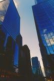 以skyscapers为特色的曼哈顿纽约街道 免版税图库摄影