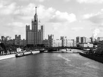 skyscapter看法在莫斯科河,俄罗斯散步的  黑白图象 库存图片