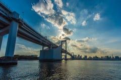 Skyscrape,在日落的彩虹桥梁东京 免版税库存照片