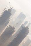 Skyscrappers有起重机的建造场所在大厦顶部 免版税图库摄影