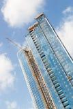 Skyscrappers有起重机的建造场所在大厦顶部 免版税库存照片
