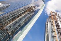 Skyscrappers有起重机的建造场所在大厦顶部 库存图片
