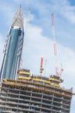 Skyscrappers有起重机的建造场所在大厦顶部 图库摄影
