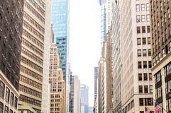 Skyscrappers coloridos en Nueva York, los E.E.U.U. Opinión de Broadway Imagen de archivo