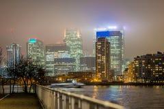 Skyscrappers en la noche, Londres Foto de archivo libre de regalías
