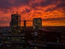Skyscrappers med orange himmel Ödelynne Apocalyptics avbildar av modern stad E royaltyfria bilder