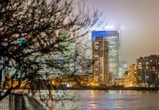 Skyscrappers pendant la nuit, Londres Images libres de droits