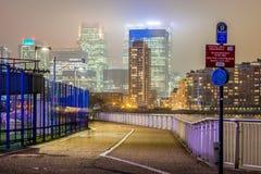 Skyscrappers pendant la nuit, Londres Photographie stock