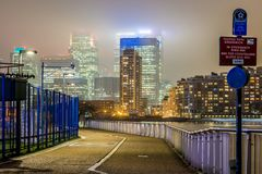 Skyscrappers pendant la nuit, Londres Photos stock