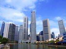 Skyscrappers van Singapore en de rivier Stock Foto's
