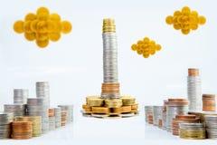 Skyskrapa av pengar i huvudstad av det finansiella begreppet för mynt arkivbilder