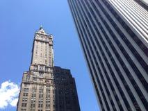Skyskrapa bredvid det Apple lagret i New York City Arkivbild