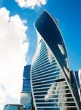 Skyskrapa-evolution på en bakgrund av blå himmel med moln ru Royaltyfria Foton
