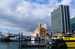 Skyskrapa för Auckland i stadens centrum färjaterminal Arkivbild