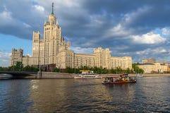 Skyskrapa för Kotelnicheskaya Stalin ` s, Moskvaflod i Moskva, R Royaltyfri Fotografi