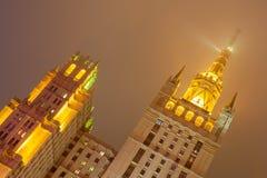 Skyskrapa i natt på den Kudrinskaya fyrkanten Vinter moscow r Royaltyfri Fotografi