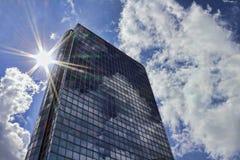 Skyskrapa i solen Fotografering för Bildbyråer
