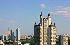 Skyskrapa med gotiska torn royaltyfri fotografi