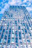 Skyskrapa med himmelreflexion Arkivfoton