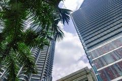 Skyskrapa med reflexion Affärscentrum i centrum i Kuala Lumpur arkivfoto
