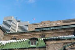 Skyskrapa och drottningen Elizabeth Hotel för Victoria ställe ett i Montreal Royaltyfria Bilder