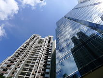 Skyskrapa och hus Arkivbilder