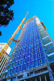 Skyskrapa och kran för konstruktionsplats Royaltyfri Bild