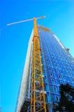 Skyskrapa och kran för konstruktionsplats Arkivbild