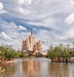 Skyskrapa på barrikaden Moscow zoo arkivfoton