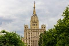 Skyskrapa på den Kudrinskaya fyrkanten royaltyfria foton