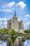 Skyskrapa på den Kudrinskaya fyrkanten Sikt från Moskvazoo Royaltyfri Bild