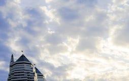 Skyskrapa på en bakgrund av moln och himmel Royaltyfri Bild