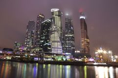 Skyskrapa skyskrapor, Moskvastad, nattstad, invallning, Moskva, Ryssland Royaltyfria Foton