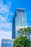 Skyskrapa som av naturen omges Royaltyfria Foton