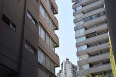 Skyskrapa som lämnar för himlen, kommersiell byggnad Arkivbilder