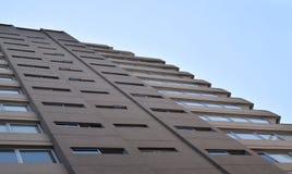 Skyskrapa som lämnar för himlen, kommersiell byggnad Royaltyfria Bilder
