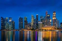 Skyskrapabyggnader och affärscentrum av Singapore på natten Royaltyfri Fotografi