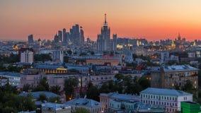 Skyskrapadagen till natttimelapse, Kreml står högt och kyrkor, stalin hus på flyg- panorama för aftonen i Moskva lager videofilmer
