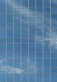 Skyskrapafönstret förser med rutor Arkivbild