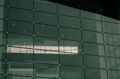 Skyskrapagräsplanexponeringsglas Windows, kontor arkivfoton