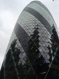 Skyskrapan med exponeringsglas förser med rutor arkivbild
