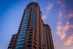 Skyskrapan och solnedgången färgar i Baltimore, Maryland royaltyfri foto