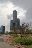 Skyskrapan 85 på den molniga dagen Arkivfoto