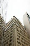 Skyskrapan reflekterar i den en annan byggnaden med glasväggar royaltyfria foton