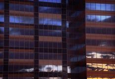 Skyskrapareflexion arkivfoto
